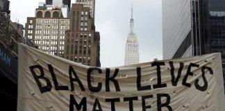 """مظاهرة بشيكاغو الأمريكية تهتف: """"لا لإرهاب الشرطة العنصرية"""""""
