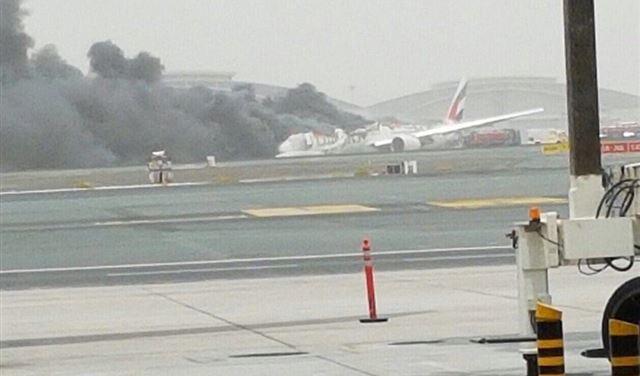 شاهد فيديو.. حريق الطائرة الإماراتية عند هبوطها في مطار دبي
