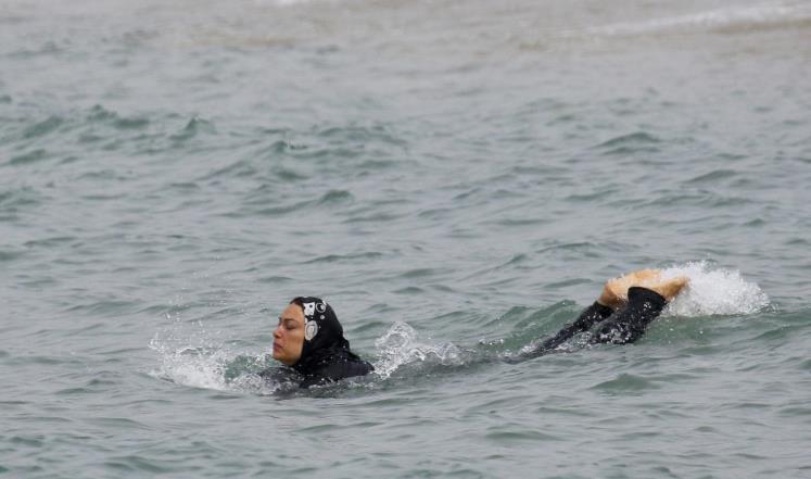 """فرنسا.. تغريم مسلمة تكاليف تنظيف حمام سباحة لارتدائها """"البوركيني"""""""
