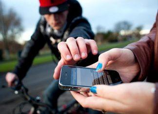 نصيحة للفتاة التي تخرج هاتفها في الشارع