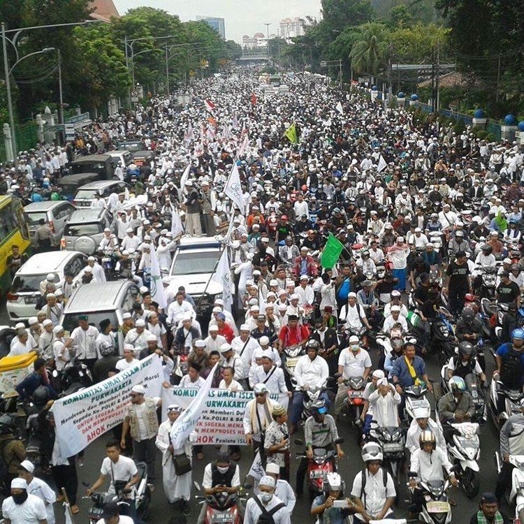 مشاهد من مظاهرات مسلمي إندونيسيا ضد حاكم جاكرتا النصراني