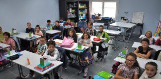 تلاميذ مدرسة.. أم رُضَّعُ «بني إسرائيل»؟!