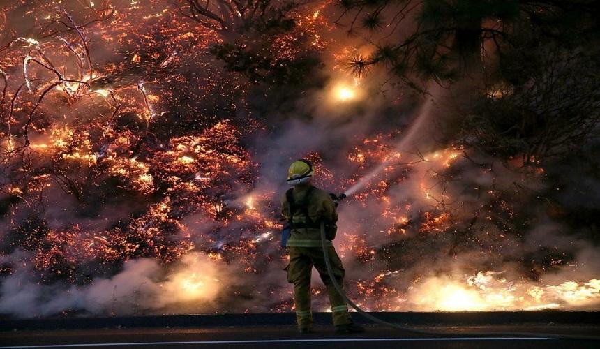 حرائق كاليفورنيا.. تدمير منازل وقطع كهرباء وإجلاء الآلاف