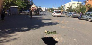 بالفيديو والصور.. المياه العادمة المتسربة أحدثت حفرة خطيرة في الطريق العام بسلا الجديدة