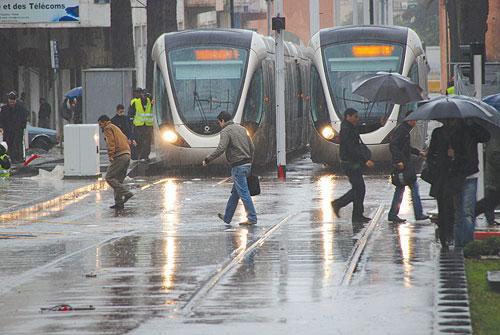 رياح وأمطار قوية أحيانا عاصفية من الثلاثاء إلى الخميس بعدد من مدن المغرب