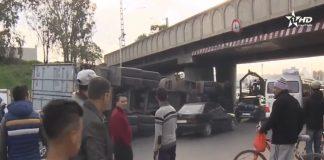فيديو.. شاحنة كبيرة تصطدم بقنطرة للقطار وتسقط على سيارة قرب باب الخميس بسلا