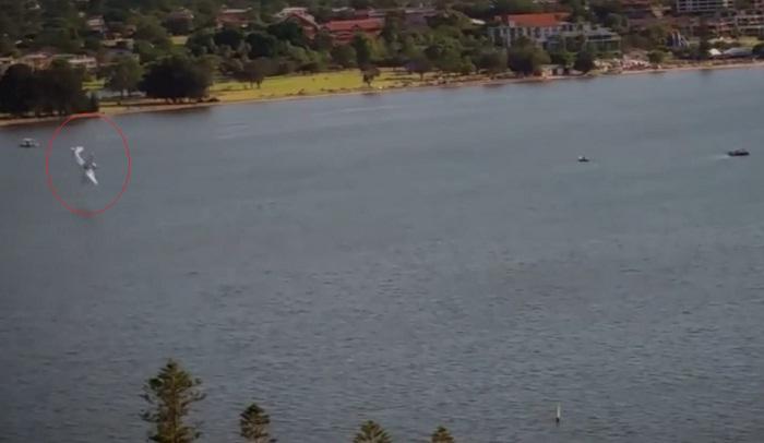 فيديو.. لحظة سقوط طائرة ومقتل طاقمها في نهر سوان غربي أستراليا