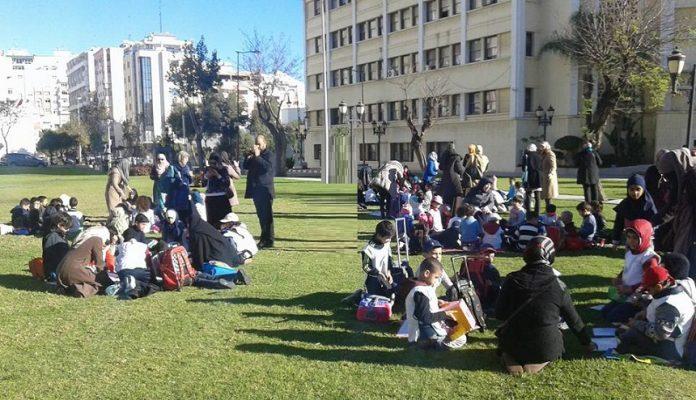 القائمون على مؤسسة الفطرة بطنجة يقيمون فصولهم الدراسة احتجاجا أمام ولاية الأمن في الهواء الطلق