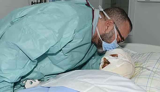 صورة زيارة الملك محمد السادس لأحد ضحايا حادثة السير المروعة بمستشفى مراكش