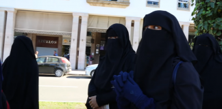 فيديو.. وقفة أمام البرلمان ضد منع النقاب تفرقها السلطات