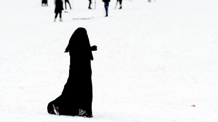 الهوية الإسلامية بين الغربة والمطالب الحقوقية (قرار منع بيع النقاب نموذجا)