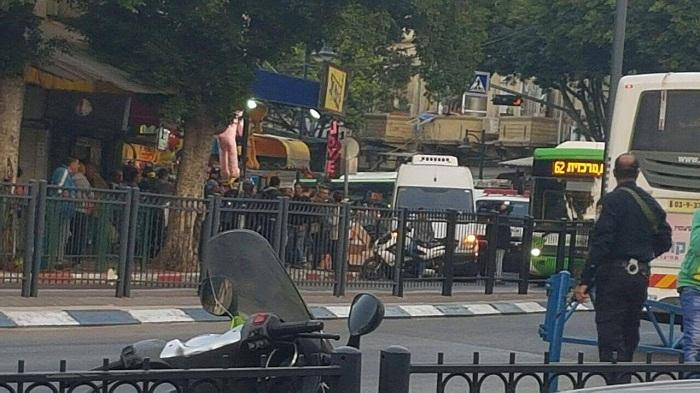 """هروب المستوطنين من الباص بعد عملية إطلاق النار وسط تل الربيع المحتلة """"تل أبيب"""""""