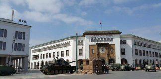 صور.. دبابات وسيارات هامر وشاحنات عسكرية أمام البرلمان بالرباط من أجل فيلم جاكي شان!!