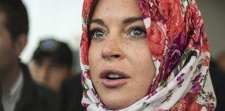 ليندسي لوهان: موظفة بمطار لندن طلبت مني خلع حجابي