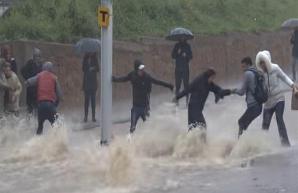 خطير.. فيديوهات تصور معاناة ساكنة سلا مع السيول الجارفة للأمطار الفيضانية أمس الخميس