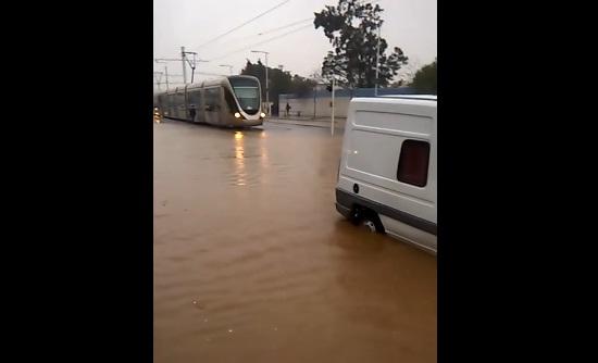 السائق يوقف الطرامواي قبل وصوله بقليل إلى محطة حي كريمة.. بسبب الفياضانات، وسائق سيارة يتركها ويرحل