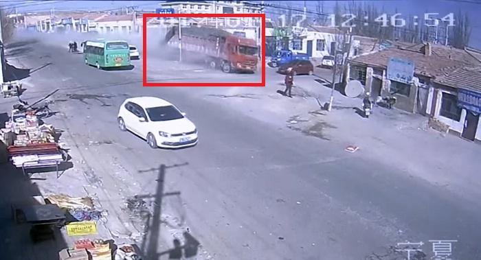 خطير.. شاهد لحظة اقتحام شاحنة بسرعة خيالية لمنازل في الصين