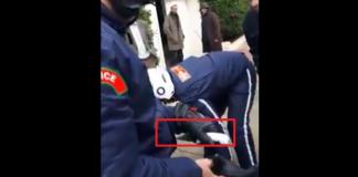 فيديو.. شرطيان يلقيان القبض على مشرمل يحمل سكينا ضخما للسطو على المارة