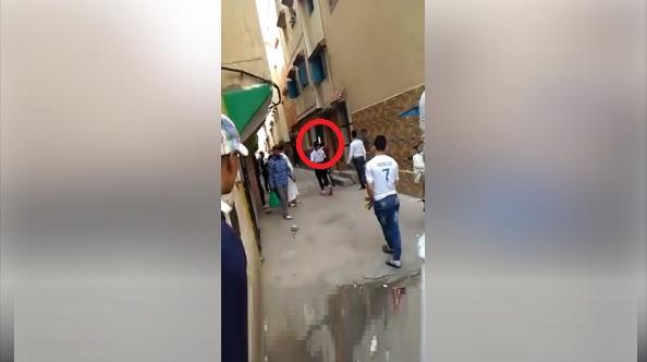 فيديو.. يحمل سيفا ويتحدى ساكنة منزل، ويعرض المارة للخطر
