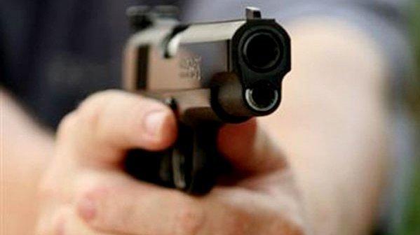 أمريكا.. إغلاق مدارس والشرطة تبحث عن مسلحة شابة