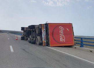 صورة.. انقلاب شاحنة كبيرة بسبب الرياح القوية في الطريق السيار طنجة-العرائش