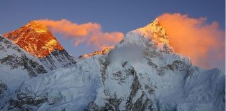 """بعد تسلقه عدداً من أطول جبال العالم، لم يحالف الحظ متسلق جبال سويسري شهير في تسلق قمة جبل إيفرست، إذ لقي مصرعه ليصبح أول ضحية في موسم التسلق الحالي. قال مسؤولون إن سويسرياً متمرساً في تسلق الجبال ويدعى أولي ستيك (40 عاماً) لقي مصرعه الأحد (30 أبريل 2017) عندما سقط قرب جبل إيفرست في نيبال أثناء الاستعداد لتسلق أعلى جبل في العالم، ليصبح أول قتيل في موسم التسلق الحالي. وقال مينجما شيربا من شركة (سيفن ساميتس تريكس)، التي تولت تنظيم رحلة الضحية، إنه لقي حتفه إثر سقوطه إلى سفح جبل نوبتسي، الأقل ارتفاعاً من إيفرست، في نفس المنطقة. وقال شيربا لوكالة أنباء رويترز: """"انتشلنا جثته ويجري حالياً نقلها إلى كاتمندو"""" عاصمة النيبال. كما أكد كمال براساد باراجولي، المسؤول في إدارة السياحة بنيبال، نبأ مقتل ستيك أثناء تسلق جبل نوبتسي، وأنه كان يخطط لتسلق جبل إيفرست. وقال إن ستيك، الذي تسلق إيفرست عام 2012 """"انزلق وسقط من على ارتفاع ألف متر"""" في المنطقة الواقعة على الطريق المعتاد إلى إيفرست. ويعتبر السويسري ستيك متسلقاً متمرساً لجبل أنابورنا في غرب نيبال، والذي يعد عاشر أعلى جبال العالم. كما تسلق ستيك في حياته العديد من الجبال الأخرى التي يصل ارتفاعها إلى ثمانية آلاف متر، وسبق له الفوز بعدة جوائز لإنجازاته في مجال تسلق الجبال. ويُعرف عنه بسرعته الشديدة في التسلق، ما أكسبه لقب """"الآلة السويسرية""""."""