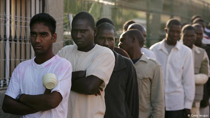 مشاورات لإيواء أزيد من 800 مهاجر إفريقي يبيتون بالعراء قرب محطة أولاد زيان