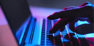 الحكومات تضيق على حرية النت بنشر معلومات مضللة واستخدام جيش من المعلقين المأجورين