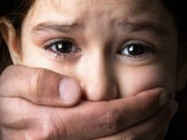 """""""وحش"""" يقع في قبضة أمن تزنيت بتهمة اغتصاب ابنته"""