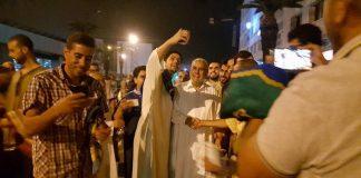 فيديو.. بنكيران يتحول إلى بطل وطني يتسابق الناس للتصوير معه