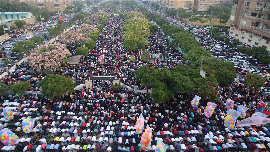 ملايين المصريين يؤدون صلاة العيد في شوارع هادئة والسيسي بمقر عسكري