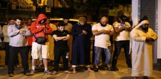 بالصور.. بالرغم من هجوم الدهس.. مسلمون في لندن يؤدّون الصلاة بالقرب من مكان الحادث
