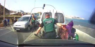 شرطي إسباني يعامل مغربية مسنة بوحشية.. يحتل أرضك ويعاملك كحيوان!!