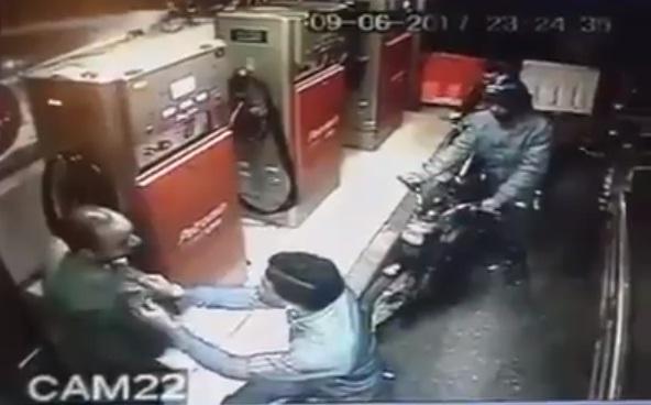 انتبهوا لجيوبكم.. شاهد كيف سرق هذا اللص المحترف عامل محطة البنزين!!