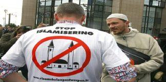 عنصريون هولنديون يعلقون لافتة عنصرية على باب مسجد