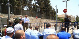عشرات الآلاف من المقدسيين يؤدون صلاة الجمعة في الشوارع بسبب العرقلة الصهيونية