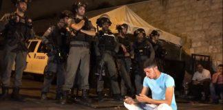 مشهد مؤثر.. مقدسي يدعو ويسأل الله عز وجل النصر والجنود الصهاينة يقفون أمامه