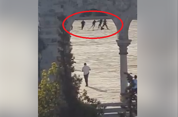 لحظة استشهاد أحد منفذي عملية الأقصى اليوم التي أودت لقتل اثنين من شرطة الصهاينة