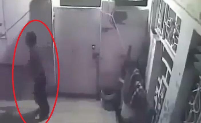 فيديو.. سارق يقتحم منزلا وصاحبه يصل في الوقت المناسب!