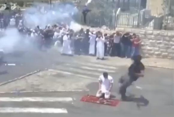 صادم.. جندي صهيوني يركل مقدسيا بوحشية وهو يصلي (فيديو)