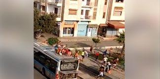 بالصور والفيديو.. فاعلة جمعوية تطالب بعقوبة فتيان الشغب في الحافلات العمومية
