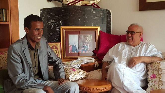 بنكيران في جلسة مرحة مع الكوميدي محمد الشرقاوي، الذي كان يقلد صوته ببرنامج Les guignols