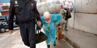 """تحت بضائع مهربة من سبتة.. تنحني ظهور مغربيات بحثا عن """"لقمة العيش"""" (تقرير)"""