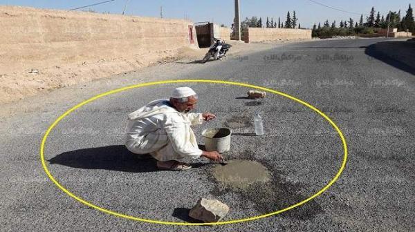 فايسبوكيون يشيدون بشيخ مسن يقوم بترقيع طريق قرب شيشاوة و هذا هو رد وزارة التجهيز المفاجئ
