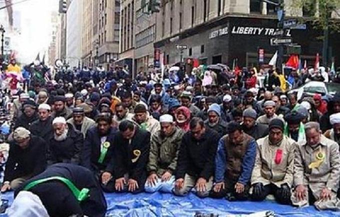 فرنسا:مسلمون يؤدون الصلاة في الشارع بعد إغلاق مسجدهم