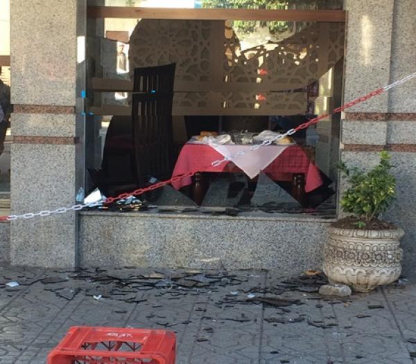 فيديو رمي الحجارة والكراسي على الشخص الذي حاول تفجير قنينة غاز بمطعم العرائش