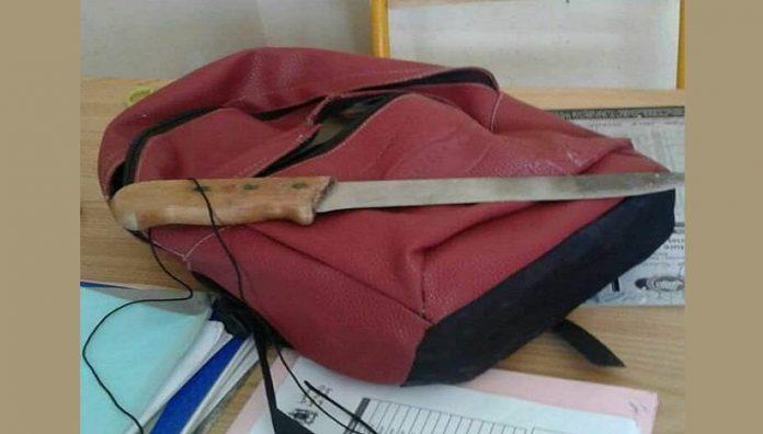 خطير بالصور.. تلميذ بمدرسة ابتدائية بمراكش، يحمل سكينا ضخما في محفظته!!