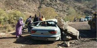 خطير.. صخرة ضخمة تسقط على سيارة بالطريق الوعر تيزين تيشكا