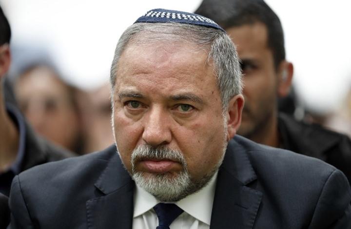 وزير الدفاع الإسرائيلي يحتج على إدخال أموال قطرية لغزة ويقدم استقالته