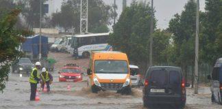 بالفيديو والصور.. التساقطات المطرية تُغرق الطريق السريع وسط الدار البيضاء